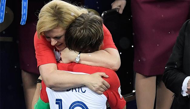 Kolinda Grabar, la presidenta de Croacia se lleva todas las miradas en la final del Mundial