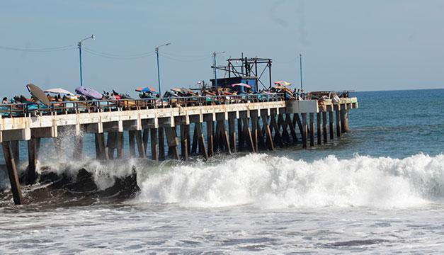 Persiste fuerte oleaje que amenaza embarcaciones y viviendas en la playa