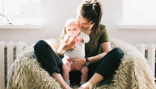 Madres infelices hablan más con sus bebés varones, según estudio