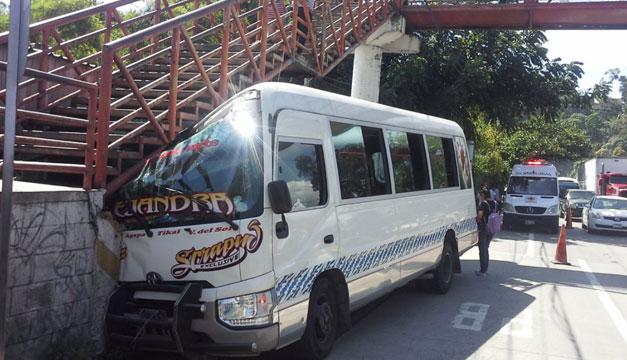 Tres personas lesionadas luego que microbús chocara contra pasarela en la Troncal del Norte - Diario El Mundo