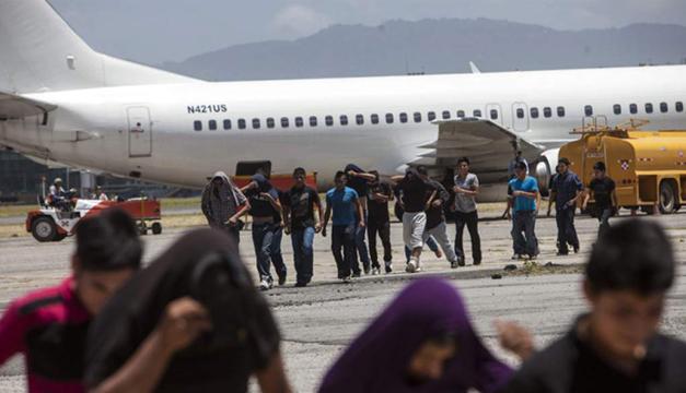 """EEUU retoma vuelos de """"deportación inmediata"""" de familias migrantes hacia Guatemala, El Salvador y Honduras"""