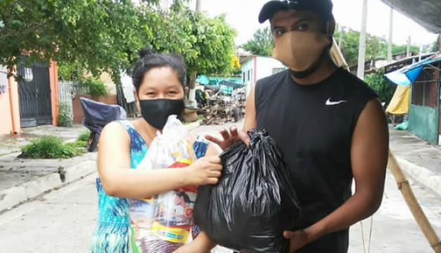 Futbolista Sergio Rubio entrega víveres a comunidad de San Jacinto