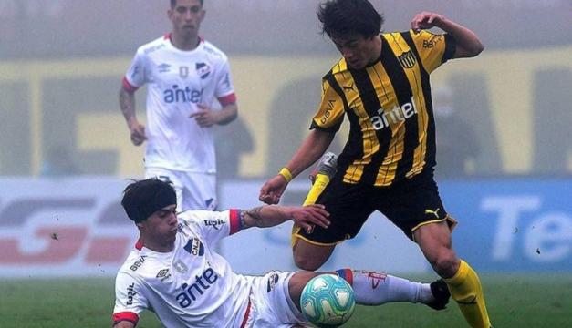Brutal patada de karateca en el clásico uruguayo entre Nacional y Peñarol