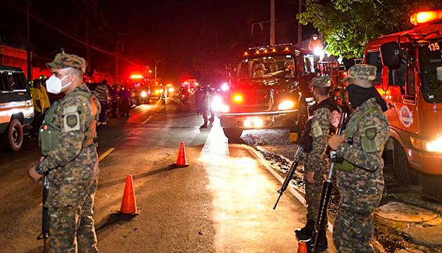 Autoridades manejan tres sospechosos por incendio en exfábrica Record