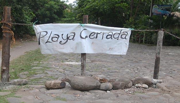 Playas cerradas y desoladas en periodo vacacional