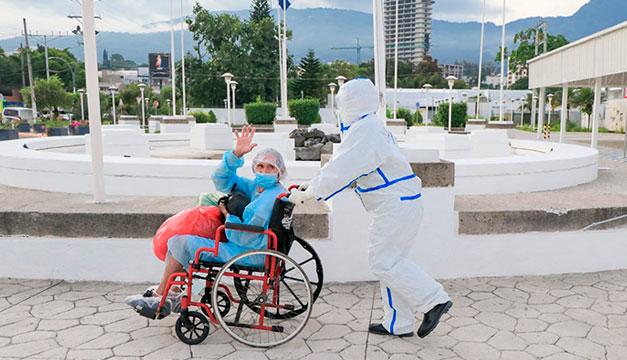 Cuatro pacientes y una enfermera reciben el alta tras superar el covid-19