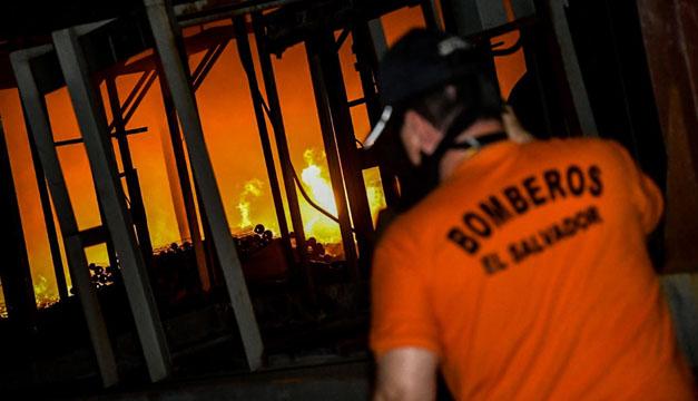 """Autoridades confirman """"hubo mano criminal"""" en incendio de exfábrica de baterías en San Juan Opico"""