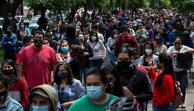 Multitud de chilenos salen a votar en referéndum para cambiar su Constitución