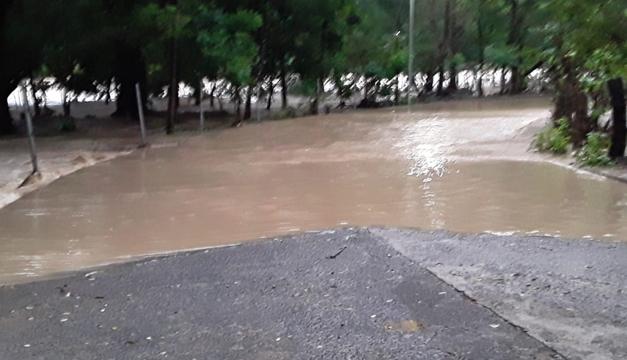 Cierran paso vehicular en la entrada de Masahuat tras desbordamiento del río Lempa