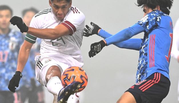 México soporta el agobio de los samurais de Japón y los vence 2-0