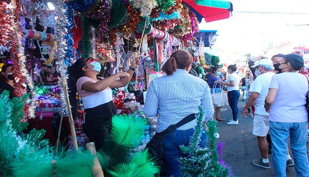 Comercio de San Salvador se prepara para Navidad