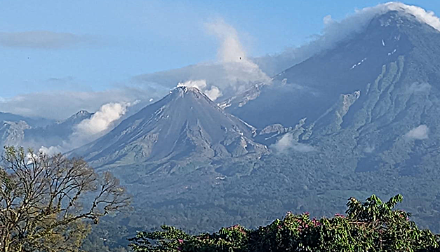Guatemala vigila incremento de actividad en tres de sus volcanes