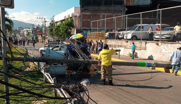 Poste del tendido eléctrico cae sobre dos vehículos frente a mercado La Tiendona