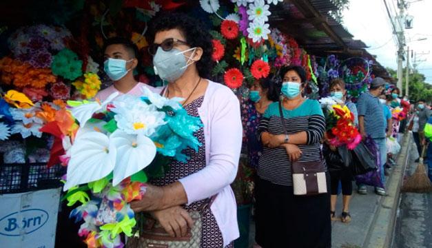 FOTOS: Salvadoreños hacen filas en cementerios para visitar a sus seres queridos fallecidos