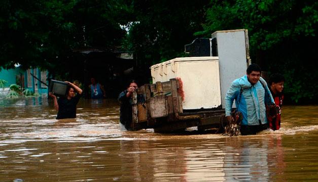Con sus pertenencias y animales, así huyeron hondureños de sus casas inundadas por Eta