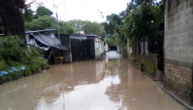 El Salvador continúa en alerta roja por riesgo de desbordamientos e inundaciones