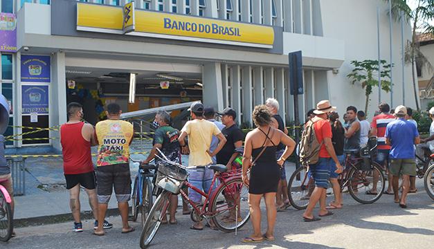 Asaltan bancos en Brasil y los atracos parecían una película con disparos, bombas y dinero volando por los aires