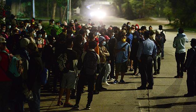 Caravana de migrantes hondureños esperan que Biden les abra la puerta