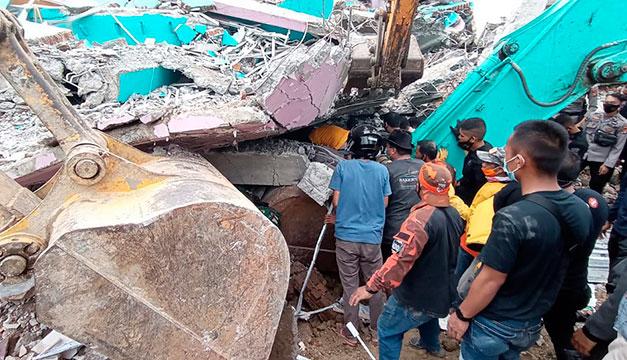 Al menos 37 muertos por un fuerte sismo en Indonesia