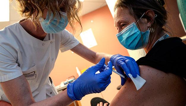 Director OMS quiere vacunaciones en todos los países en los próximos 100 días