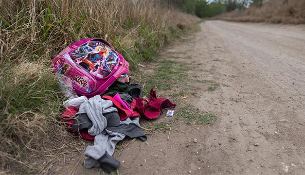 Artículos y ropa abandonada por migrantes trazan el camino de esperanza y desafíos hacia EEUU