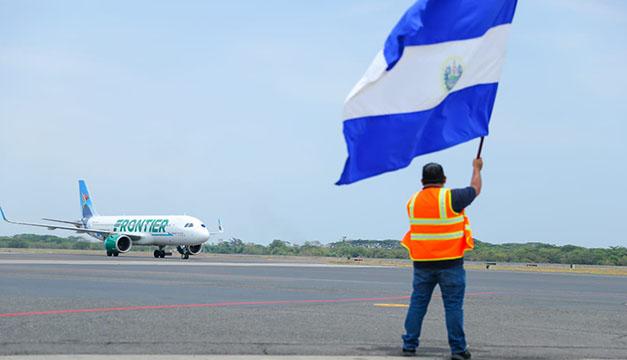 Llega a El Salvador el primer vuelo de Frontier Airlines