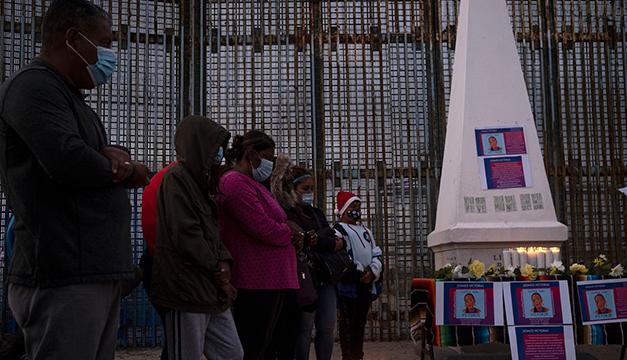 Migrantes instalan altar en Tijuana para honrar memoria de Victoria Salazar