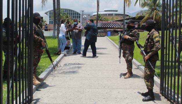 Ministerio de Salud bloquea acceso a la prensa que reportó aglomeraciones durante vacunación