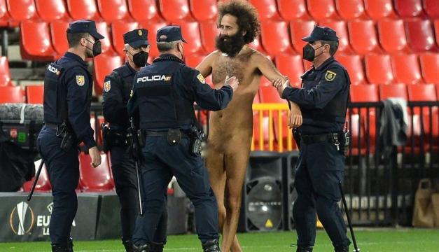 Hombre desnudo se metió al campo y obligó a parar el Manchester United-Granada