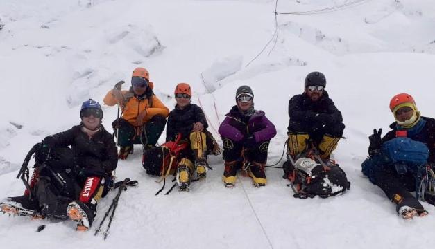 Alfa Karina detiene su ascenso al monte Everest por condiciones climáticas