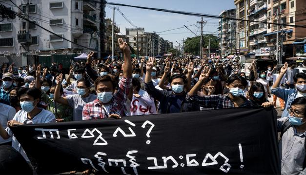 Militares golpistas en Birmania suspenden a más de 8.000 profesores por sumarse a las protestas