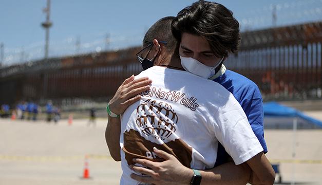 Familias migrantes se abrazan tres minutos en frontera México-EEUU cerrada por la pandemia