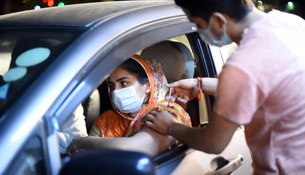 Una provincia de Pakistán bloquea sueldos de sus funcionarios no vacunados