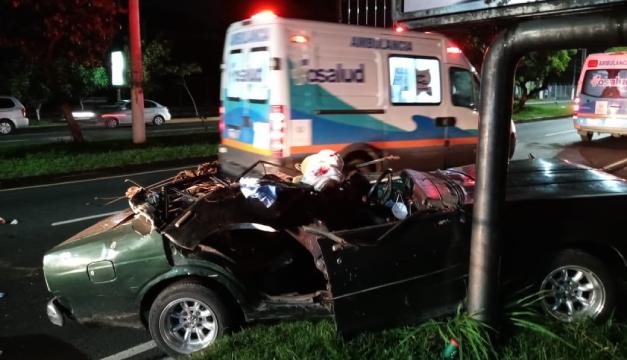Un hombre fallece en aparatoso accidente al estrellarse contra una rastra en Soyapango