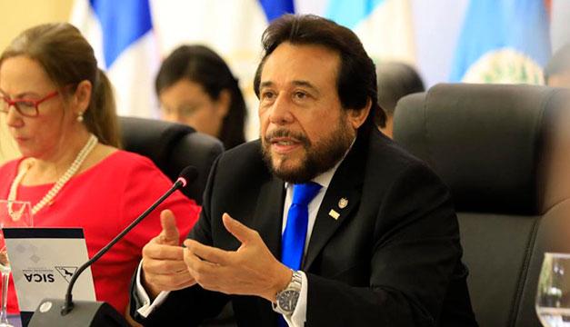 """Vicepresidente Ulloa rechaza que El Salvador esté camino a un """"declive totalitario"""""""