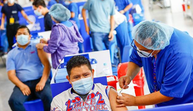 Gobierno dice logró vacunar a más de 96,000 personas este miércoles en El Salvador