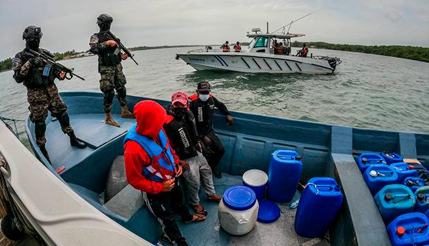 """Localizan lancha con """"fuerte cantidad de droga"""" y capturan a tres extranjeros"""