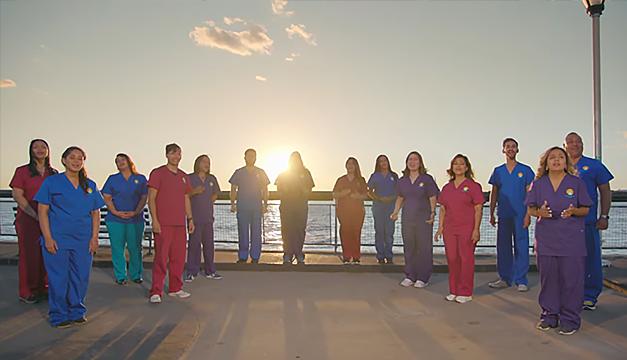 Enfermeras y enfermeros hispanos sacuden las redes al interpretar himno de EEUU en español