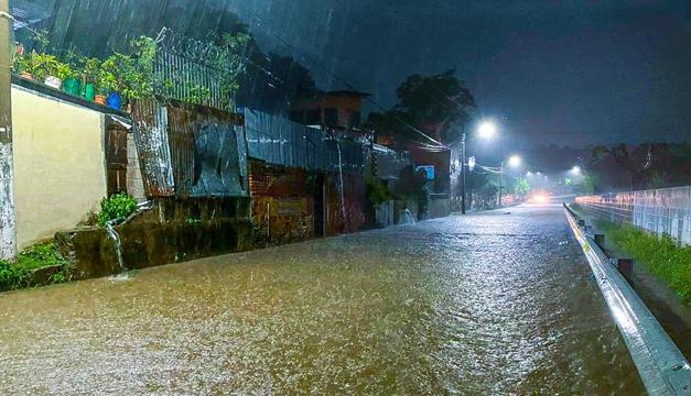 Potente tormenta deja inundaciones y daños en San Salvador, centro y oriente del país