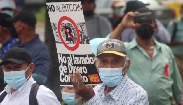 Veteranos marchan para exigir aumento a su pensión y rechazar el bitcoin