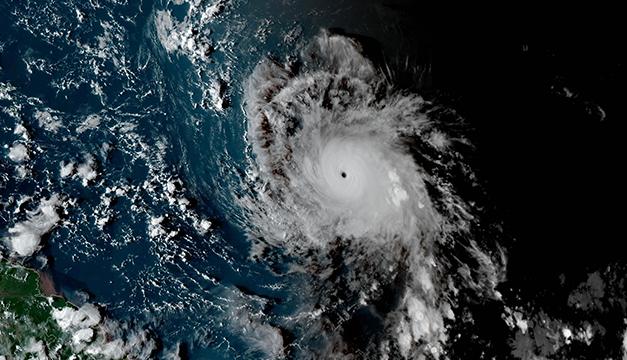 """Vigilan al huracán """"Sam"""" que se fortaleció rápidamente a categoría cuatro en el Atlántico"""