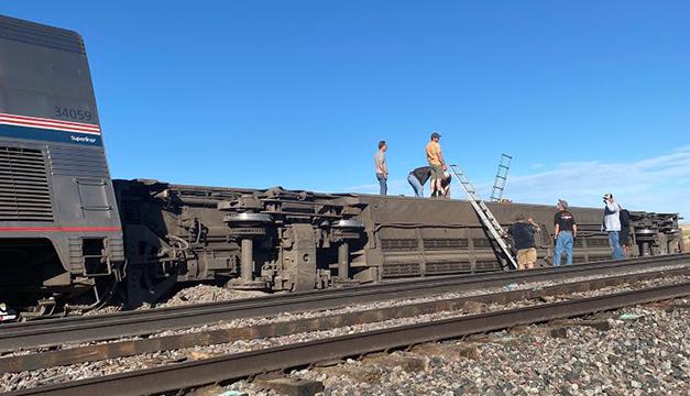 Tres muertos y 50 heridos al descarrilarse tren en EEUU