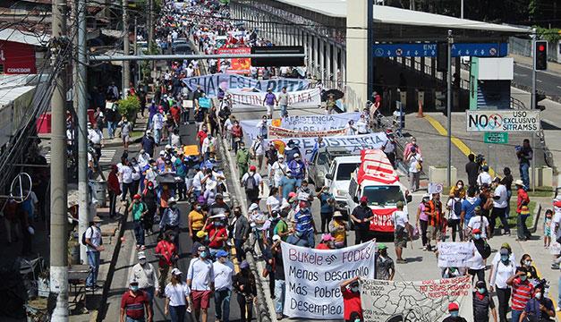 Protestan contra Bukele por bitcoin, pensiones, agua y desaparecidos